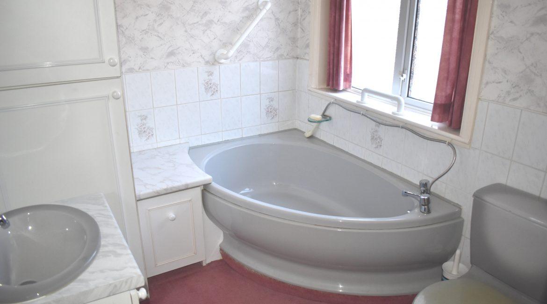 37 Holly Road – Bathroom