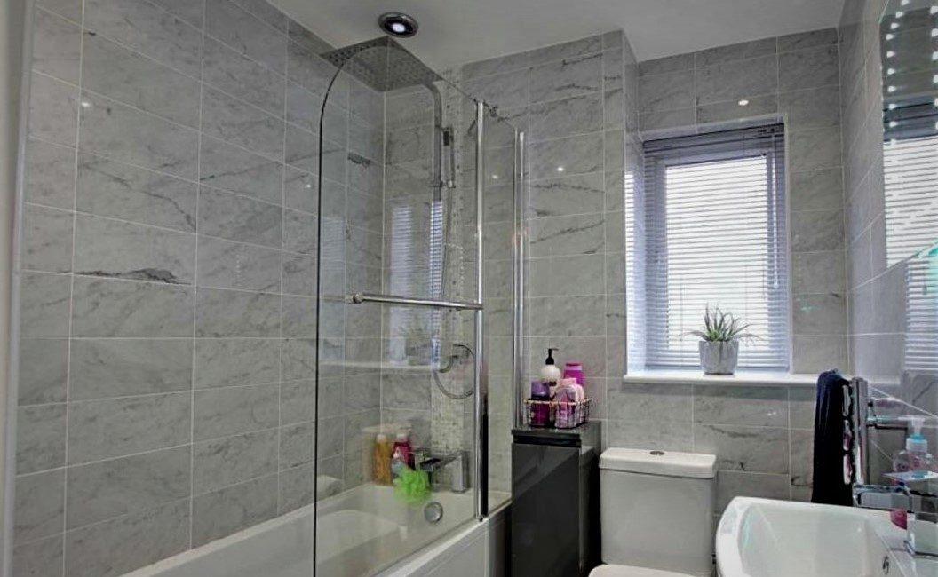 31 Broadlands Close – Family Bathroom